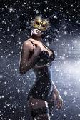 Fiatal, vonzó nő a maszk alatt téli háttér