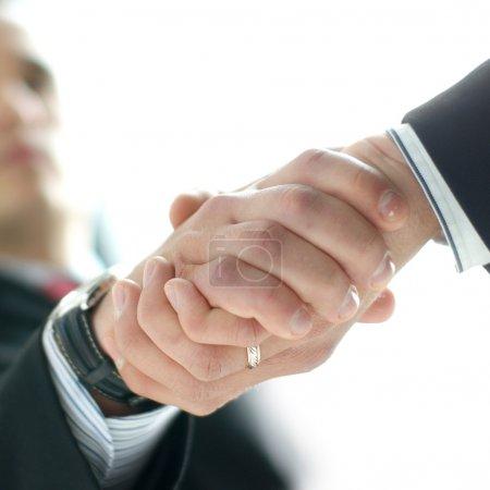 Photo pour Poignée de main masculine (Attention ! Faible profondeur de champ !) - image libre de droit