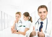 Tým mladých a inteligentní zdravotníci izolovaných na bílém