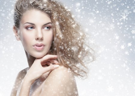 Photo pour Beauty portrait of young attractive woman over snowy Christmas background - image libre de droit