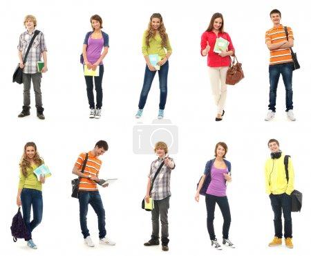 Photo pour Groupe d'adolescents souriants rester ensemble et en regardant la caméra isolé sur blanc - image libre de droit