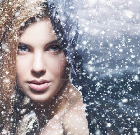Photo pour Portrait de beauté de jeune femme attrayante sur fond de Noël enneigé - image libre de droit