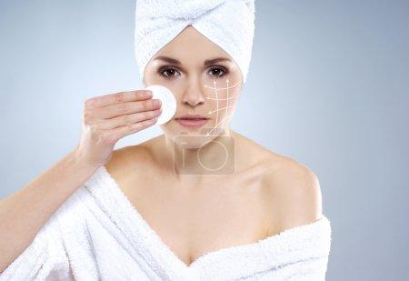 Joven, hermosa y saludable mujer joven en ropa de baño más gr