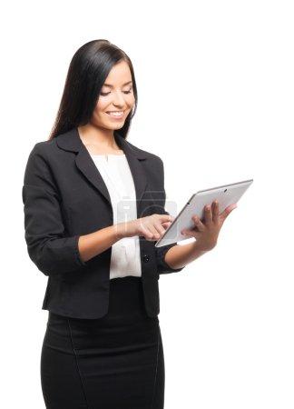 Foto de Mujer de negocios joven, segura, exitosa y hermosa con la tableta aislada en blanco - Imagen libre de derechos