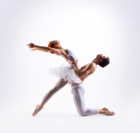 Photo pour Couple de danseurs de ballet isolés sur blanc - image libre de droit