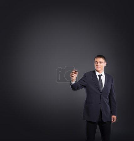Photo pour Réussie et intelligente homme d'affaires écriture texte imaginaire sur fond gris. large espace pour placer n'importe quel texte. - image libre de droit
