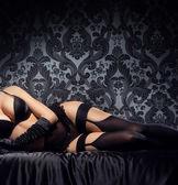 Fiatal és szexi nő pózol, Erotikus fehérnemű