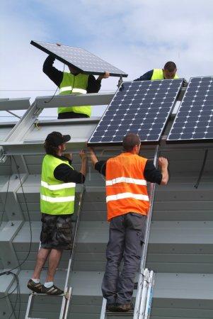 Foto de Implante de paneles solares en el sur de Suiza - Imagen libre de derechos