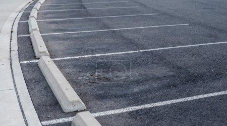 Plazas de aparcamiento curvas y bordillos .