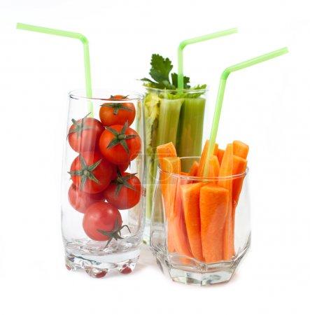 Photo pour Verres avec des légumes frais isolés sur blanc - image libre de droit