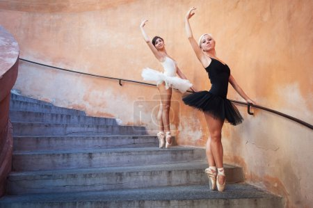 Photo pour Jeunes ballerines belles danse dans l'escalier - image libre de droit
