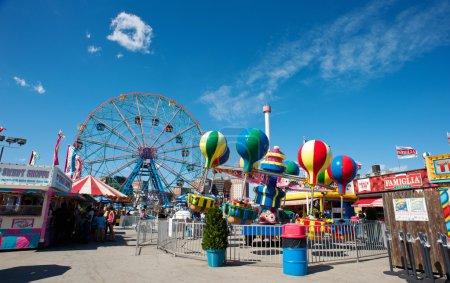 Photo pour New york - 27 juin : roue de merveille de coney island sur 27 juin 2012 à coney island, à new York. la roue de merveille contient 144 coureurs, s'élève à 150 pieds (46 m) de haut et pèse plus de 2 000 tonnes. - image libre de droit