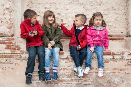 Foto de Niños jugando contra una pared - Imagen libre de derechos