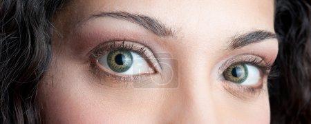 yeux gros plan de la belle brunette fille frisée
