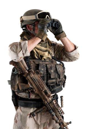Photo pour Soldat avec des jumelles sur fond blanc - image libre de droit
