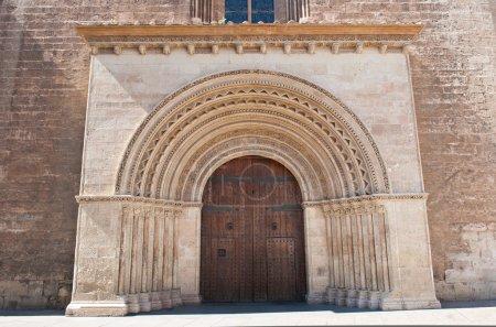 Photo pour Entrée de la cathédrale de l'Assomption de Notre-Dame de Valence, vue de la place Almoina. La cathédrale a été construite entre 1252 et 1482 sur le site d'une mosquée et auparavant un temple romain . - image libre de droit