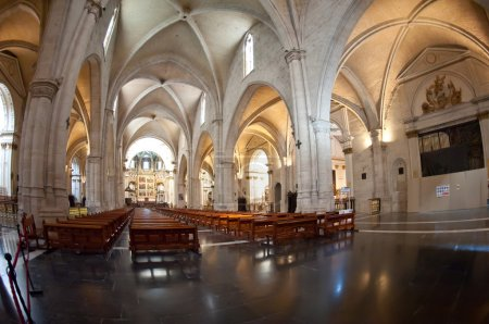 Photo pour Vue intérieure de la cathédrale de l'Assomption de Notre-Dame de Valence, vue de la place Almoina. La cathédrale a été construite entre 1252 et 1482 sur le site d'une mosquée et auparavant un temple romain . - image libre de droit