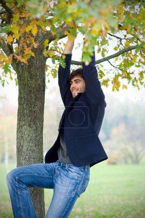 Photo pour Homme s'amuser à l'extérieur dans un parc - image libre de droit