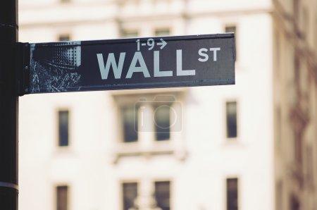 Wall Street Schild in der Innenstadt von Manhattan, New York City
