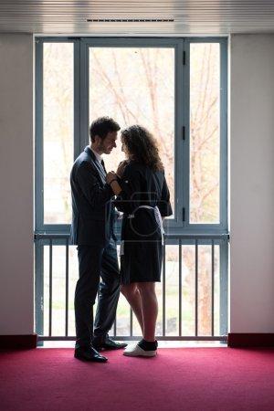 Foto de Joven pareja, empresario y cámara, en la ventana de una casa - Imagen libre de derechos