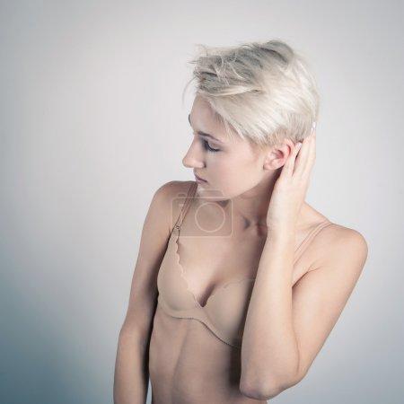 Foto de Retrato de mujer hermosa en bra beige aislado - Imagen libre de derechos