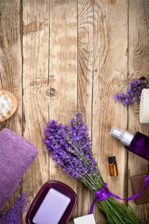 Photo pour Produits traitement de spa beauté lavande sur table en bois. salle vide pour le texte. vue de dessus - image libre de droit