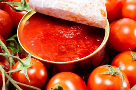 Photo pour Une boîte de tomates pelées entières - image libre de droit