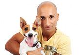 Chlapec a jack russel psa na bílé