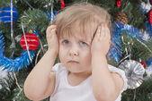 """Постер, картина, фотообои """"Портрет расстроен маленькая девочка возле елки"""""""