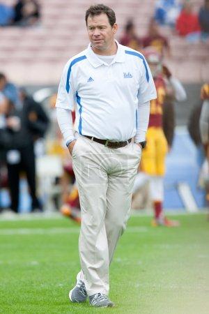 Photo pour PASADENA, CA - 17 NOVEMBRE : L'entraîneur-chef de l'UCLA Jim Mora avant le match de football de la NCAA entre les Troyens de l'USC et les Bruins de l'UCLA le 17 novembre 2012 au Rose Bowl . - image libre de droit