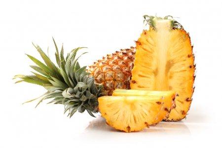 Photo pour Ananas avec tranches isolées sur fond blanc - image libre de droit