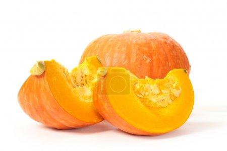 Photo pour Délicieuses tranches de citrouille orange sur fond blanc - image libre de droit