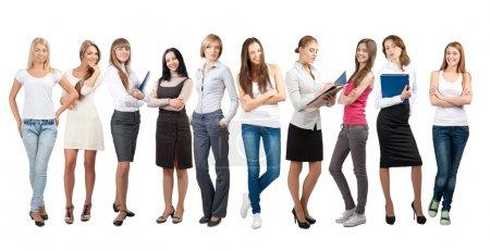 Photo pour Équipe d'affaires formée de jeunes femmes d'affaires debout dans différentes poses, sur un fond blanc - image libre de droit