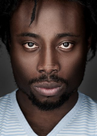 Photo pour Portrait de beau jeune homme afro-américain regardant la caméra - image libre de droit