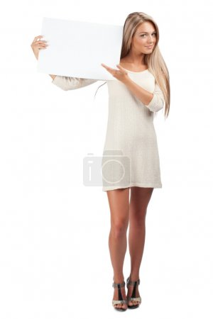 Photo pour Portrait d'une jeune belle femme tenant un panneau vierge, isolée sur fond blanc - image libre de droit