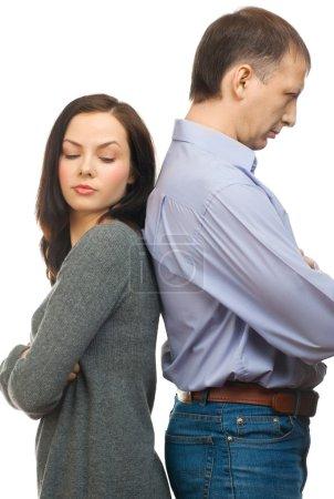 Photo pour Couples ayant des difficultés relationnelles, debout dos à dos. isolé sur fond blanc - image libre de droit