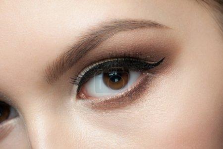 Photo pour Gros plan de magnifique oeil de femme avec maquillage - image libre de droit
