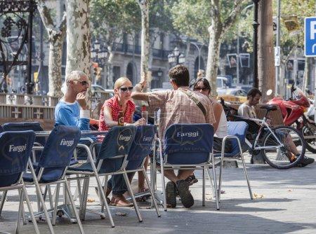 Photo pour Hommes et femmes au restaurant en plein air à Barcelone Espagne - image libre de droit