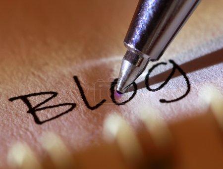 """Photo pour Pen pointe vers le mot """"blog"""" sur le papier . - image libre de droit"""