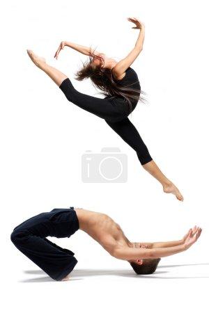 Photo pour Jeune danseuse de ballet moderne posant sur fond blanc - image libre de droit