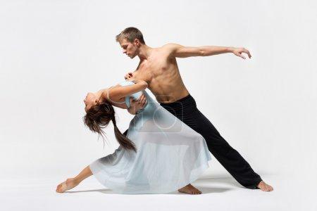 Photo pour Deux danseurs de ballet modernes posant sur du blanc - image libre de droit