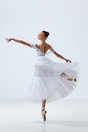 Photo pour Jeune et belle danseuse de ballet sautant - image libre de droit