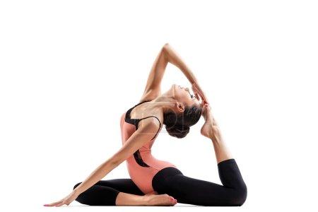 Photo pour Jeune belle danseuse posant sur un fond de studio - image libre de droit