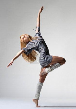 Photo pour Danseuse de ballet moderne posant sur fond blanc - image libre de droit