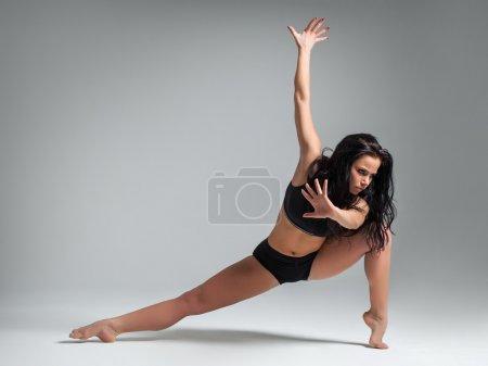 Foto de Joven hermosa bailarina posando sobre un fondo de estudio - Imagen libre de derechos