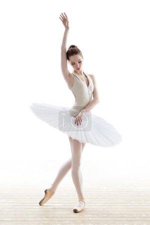 Photo pour Silhouette de ballerine en tutu classique dans le studio blanc - image libre de droit