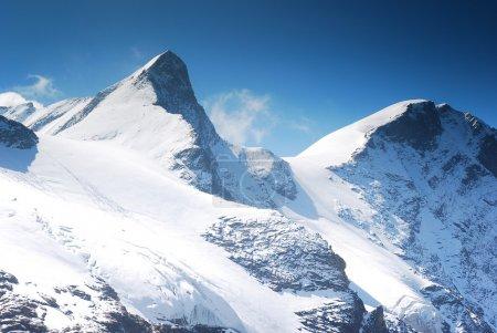 Photo pour Roches pics et glaciers de haute montagne enneigée avec un ciel bleu, la liberté - image libre de droit