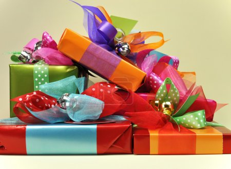 Photo pour Une pile de couleur lumineuse présente dans rouge, bleu, orange, rose et vert, attaches, étiquettes et rubans. - image libre de droit