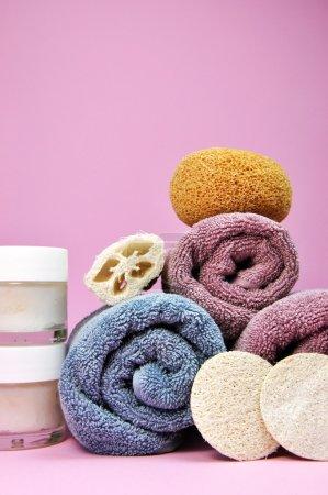 Photo pour Beauté rose et pourpre Accessoires et outils de spa serviette, loofahs, charnière et hydratants sur fond rose féminin . - image libre de droit