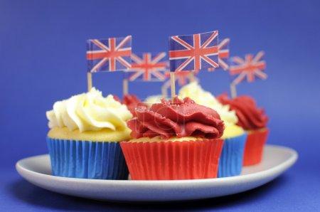 cupcakes de rouge, blanc et bleu thème anglais avec drapeaux union jack de la Grande-Bretagne